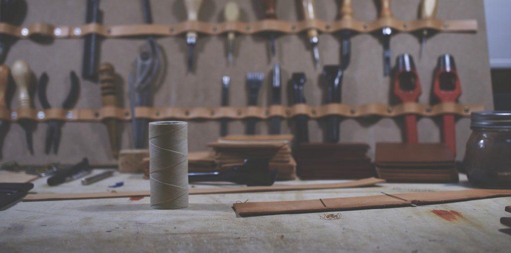Læder, italiensk kernelæder, ubehandlet, håndlavet, værktøj, snor.