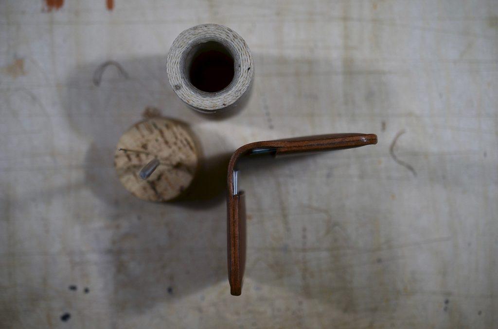Kortholder, foldepung, læder, cognac, cognacfarvet, italiensk vegetabilsk garvet kernelæder, håndlavet, miljø, closeup, råt, rustikt, læderværksted, kort, snor, nåle.